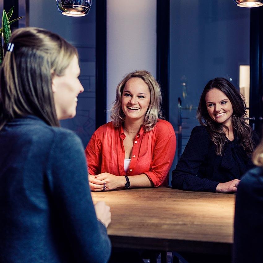 Foto-Deborah,-Gabriella,-Laura-en-Ingeborg-1-aan-tafel-(klein)